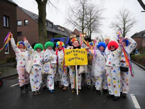 Verknallt in Vielfalt! Unter diesem Motto war die Kempen-Nettetaler Gruppe von AI mit beim Rosenmontagszug in Kempen dabei!